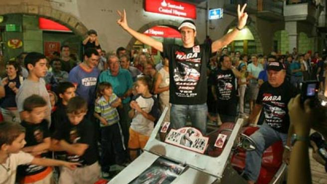 Adam Raga recibió el homenaje de su pueblo tras lograr el título mundial (EFE).