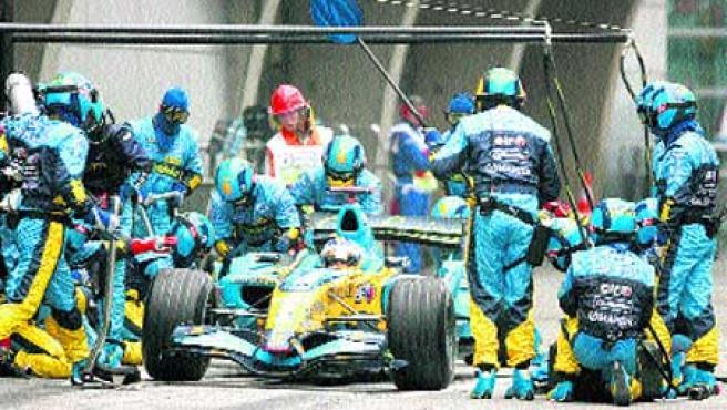 El mecánico que cometió el error (en el círculo) trabaja en el coche de Alonso.(Reuters)