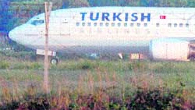 El avión turco, parado en una pista del aeropuerto de Brindisi. (Foto:efe).