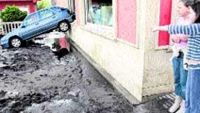 Uno de los coches arrollados por el agua en Cee. LAVANDEIRA JR. / EFE