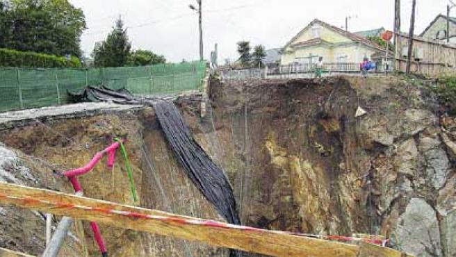 El desprendimiento del tramo de calle se produjo sobre las obras de urbanización en Fonteculler.M. Fuentes.