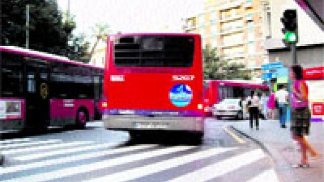 Los autobuses se quedan atravesados en la vía al incorporarse a Pintor Sorolla.(Pablo Argente)