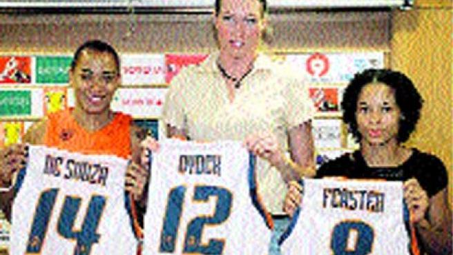 El Ros Casares de baloncesto presentó ayer a la francesa Feaster.(EFE)