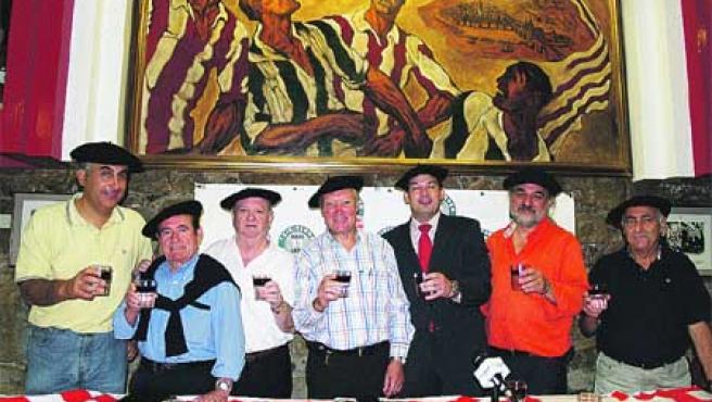 Los txikiteros, con un vaso de vino, ayer, en la sede de la peña del Athletic del Casco Viejo. Begoña Hernández.