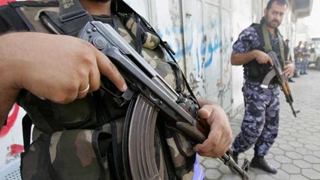 Un agente de seguridad de Hamás vigila las calles de Gaza (Mohammed Salem / Reuters)