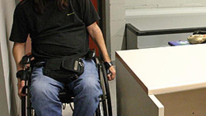 Un estudiante en silla de ruedas junto a un pupitre de una de las aulas de la nueva facultad. (Hugo Fernández)