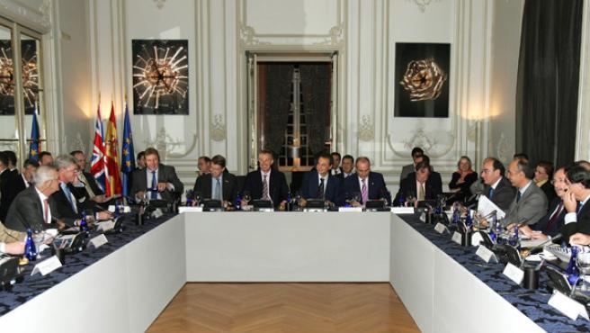 El presidente del Gobierno, Zapatero, y el primer ministro británico, Tony Blair, en su encuentro con empresarios británicos y españoles, hoy en Madrid. (J.J. Guillén / EFE)
