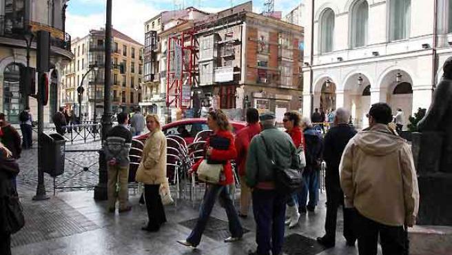 Al fondo, la fachada que corre peligro de derrumbarse, junto al Teatro Calderón. Foto: Pablo Elías