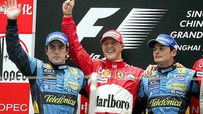 Michael Schumacher y Giancarlo Fisichella en el podio del Gran Premio de China (EFE).