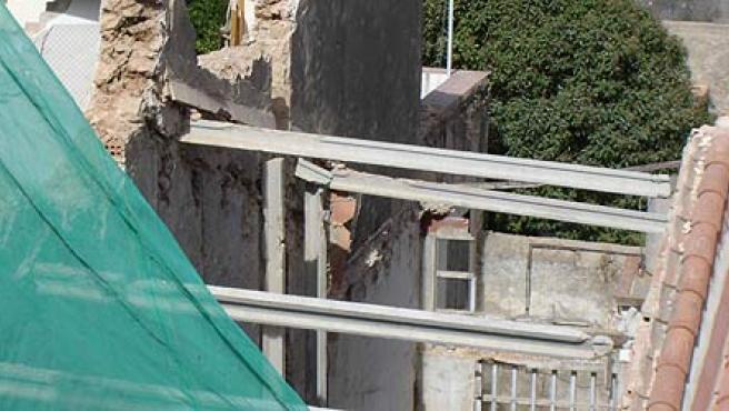 Imagen del edificio que esta tarde se ha derrumbado parcialmente en Torredembarra. (ACN)