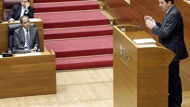 Pla defiende ante la Cámara su programa de gobierno alternativo durante el debate de la moción contra Camps. (Manuel Bruque / Efe)