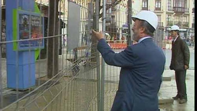 El alcalde responde a los jóvenes. (Foto cedida por Canal 29 TVCyL)