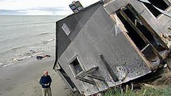 Las casa de Shishmaref se están hundiendo en el mar (CBS).