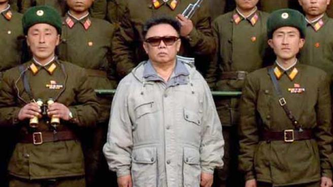 El líder norcoreano, Kim Jong Il, junto a soldados del Ejército de Pueblo Coreano.(AP Photo)