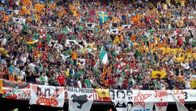 Aficionados en el amistoso Euskadi - Cataluña. (Efe)