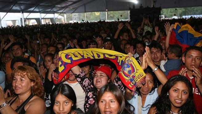 Numerosas personas asistieron a la celebración del Día de la Hispanidad, una jornada cultural (EFE/ Kote Rodrigo)