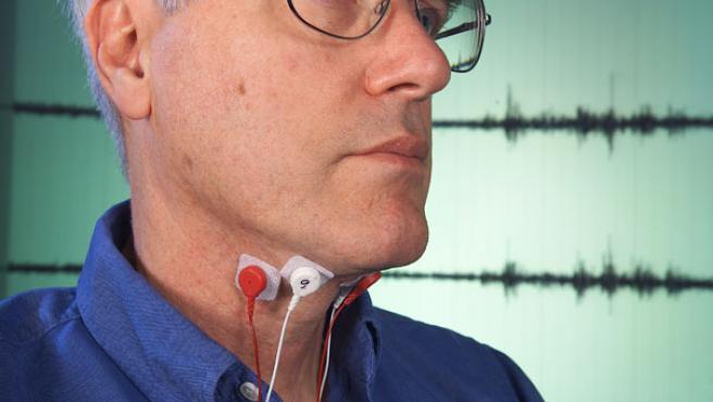 Unos pequeños sensores recogen las señales enviadas por el cerebro a la lengua y las cuerdas vocales (NASA).
