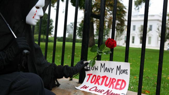 Cartel-protesta en la Casa Blanca después de que Bush firmara la ley que regula el trato a presuntos terroristas. (Jason Reed / EFE)