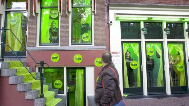 El barrio rojo, de verde por Greenpeace. (Koen Suyk / EFE)