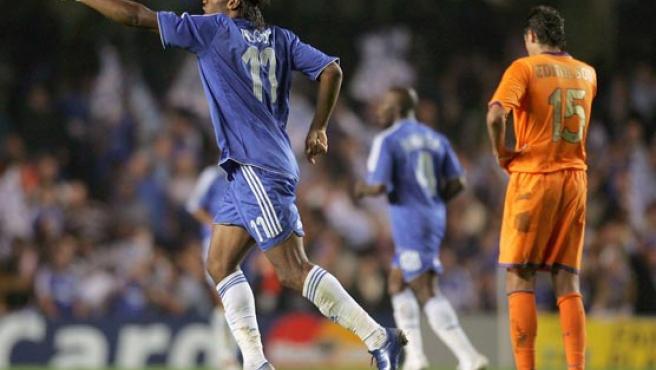 Didier Drogba, del Chelsea, celebra su gol contra el Barcelona. (Reuters)