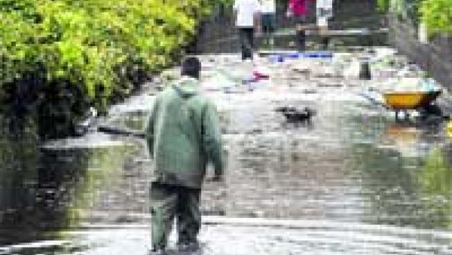 El agua inundó las calles de cientos de localidades de las provincias gallegas de A Coruña y Pontevedra. (M. Vila).