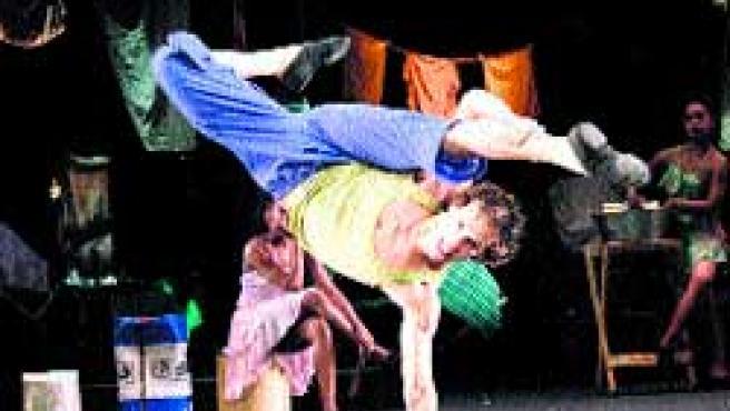 Bailarines del espectáculo Sonlar que se verá hoy en Bilbao.