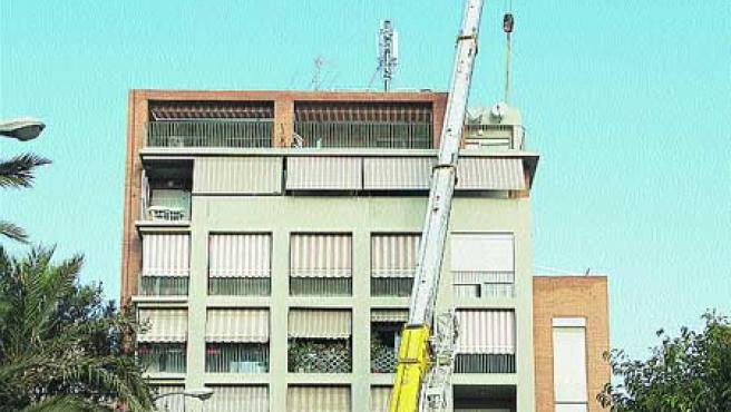 Una grúa coloca la antena de telefonía, el día 14. F. González
