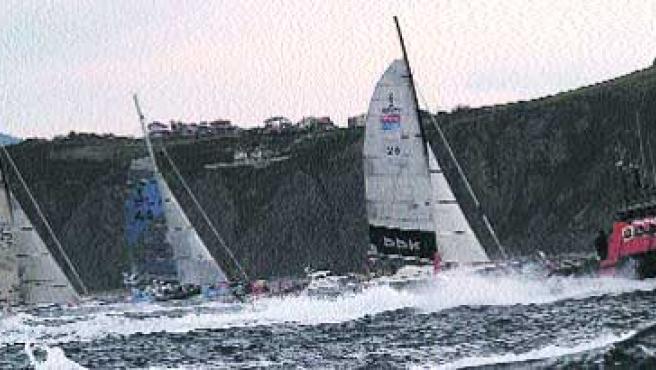 Pistoletazo de salida. Los veleros a su paso por Punta Galea, al inicio de la regata. (Begoña Hernández)