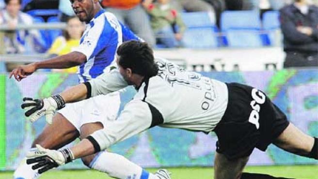 El guardameta del Getafe Abbondanzieri intenta salvar el primer gol del Recreativo. (Vázquez / EFE)