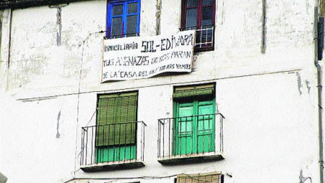 Pancarta puesta por los inquilinos en la Casa del aire (Ayala).