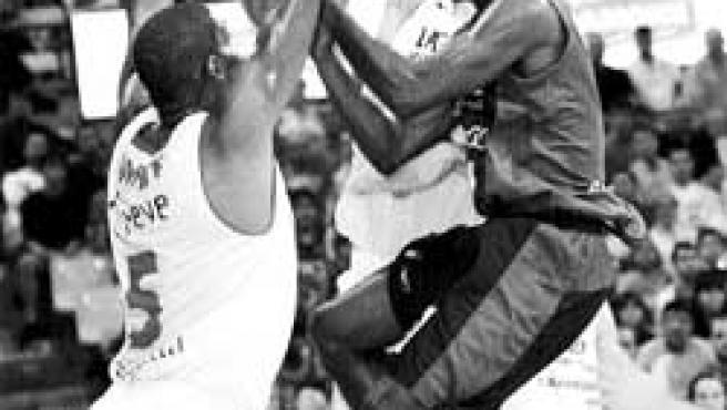 Bennet, del Joventut, entra a canasta ante la oposición de dos jugadores del Lagun Aro. (Toni Garriga / EFE)