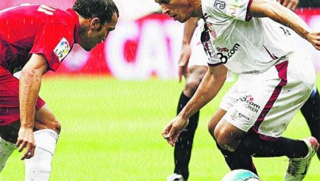 Adriano intenta la bicicleta ante Cuéllar, del Nástic.(Abad / EFE)