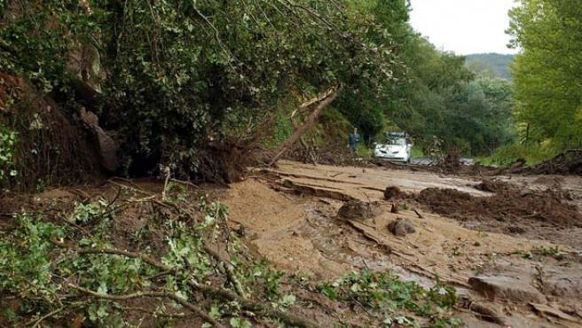 Las lluvias y el viento han provocado 93 accidentes en Galicia a lo largo del fin de semana. (R. Veiga / Efe)