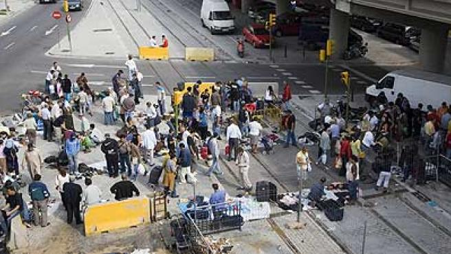 Mercadillo de Sant Adrià situado debajo de la autopista en Badalona. (Eros Albarrán)