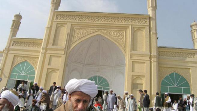 Varios hombres afganos abandonan la Mezquita Eidgah de Kabul (Foto: Efe)