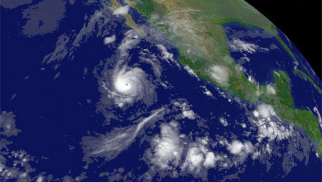 """Imagen de satélite donde se observa al huracán """"Paul"""", que mantiene un movimiento lento hacia el noroeste de México (Efe)"""
