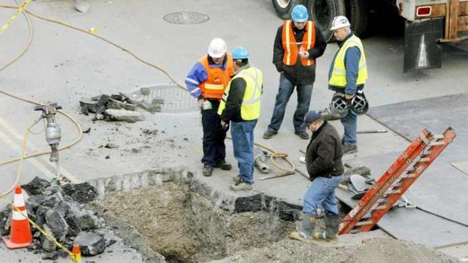Varios trabajadores examinan un agujero excavado en el sector occidental de la Zona Cero. (Justin Lane / Efe)