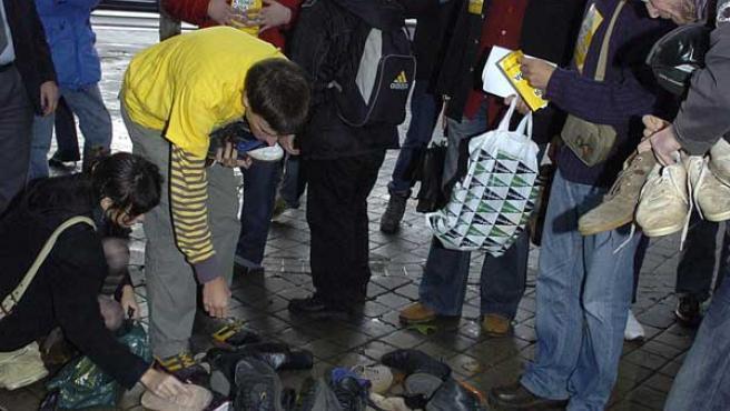 """Vista de la protesta, una """"zapatillada"""", realizada ante el Ministerio de la Vivienda, en Madrid (EFE)"""