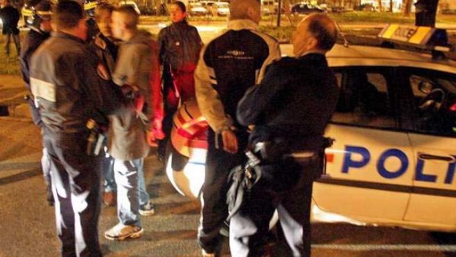 Detenciones tras una jornada de violencia el año pasado en los barrios marginales de París (Foto: Efe)
