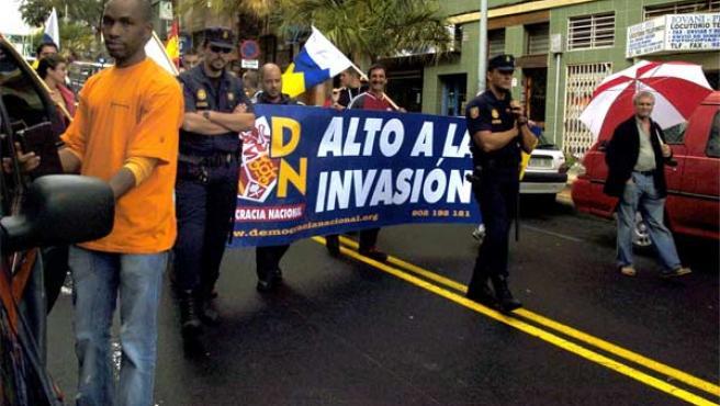 A la manifestación se sumaron algunos representantes del partido de ultraderecha Democracia Nacional, bajo el lema 'Alto a la invasión' (Foto: Efe)
