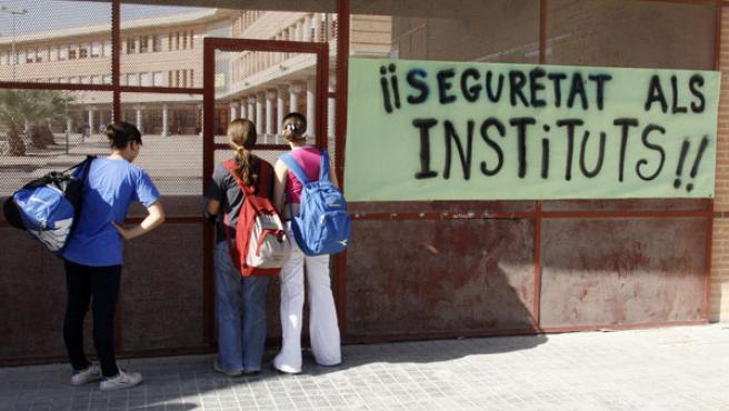 Alumnos del Instituto Haygón, en Sant Vicent del Raspeig, junto a una pancarta que reclama seguridad en las aulas. (Morell / EFE)