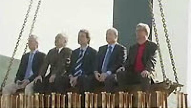 Los candidatos subidos en una de las vigas del AVE (Ver vídeo )