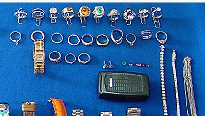Algunas de las pertenencias incautadas por la Policía. Los ladrones habían robado en una joyería.