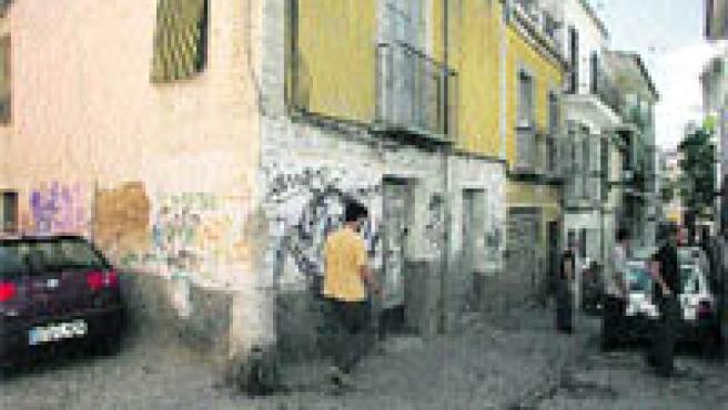 La suciedad es común en las calles del barrio de San Ildefonso. Arriba, pintada en la plaza de la Cruz (Torres).