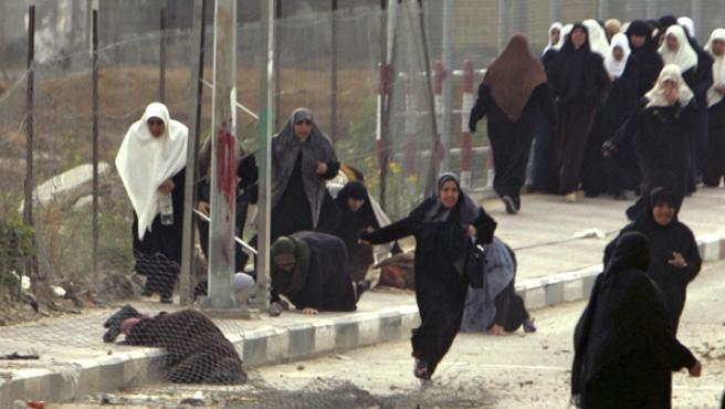 Decenas de mujeres huyen tras el disparo a dos de ellas en la mezquita Beit Hanun