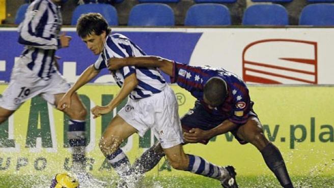 Aramburu y Álvaro luchan por un balón en la 'piscina' del Ciudad de Valencia. (Efe)