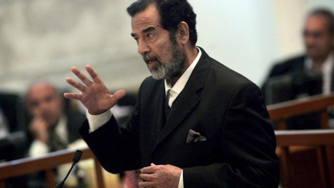 Sadam Husein, testificando en el juicio.