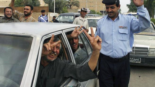 Tras conocer la sentencia a muerte para Sadam Husein, centenares de chiís lo festejaron en Bagdad.