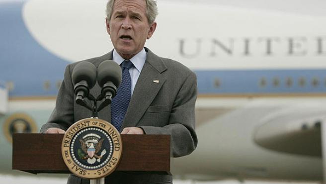 Bush comparece ante los medios en Waco. (Jason Reed / Reuters)