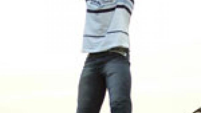 Un individuo, en el momento en el que arroja la pava desde el campanario en Cazalilla. (EFE)
